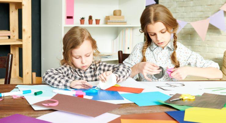 Niños haciendo un árbol genealógico creativo
